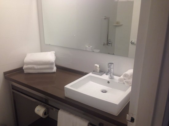 YVE Hotel Miami: Nice size bath.
