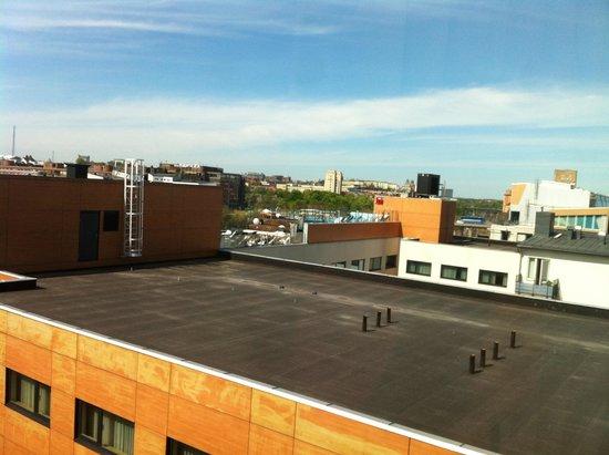Clarion Hotel Sign : piscina sul tetto vista dalla camera