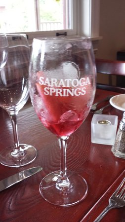 Saratoga Casino Hotel: Thirsty owl Wine tasting room Saratoga town