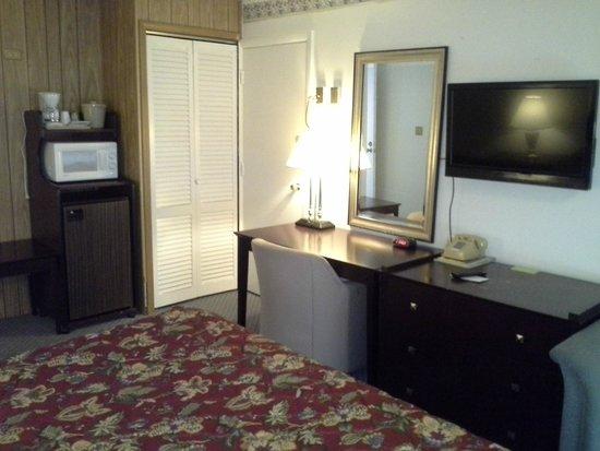 Inn Towne Motel: king room