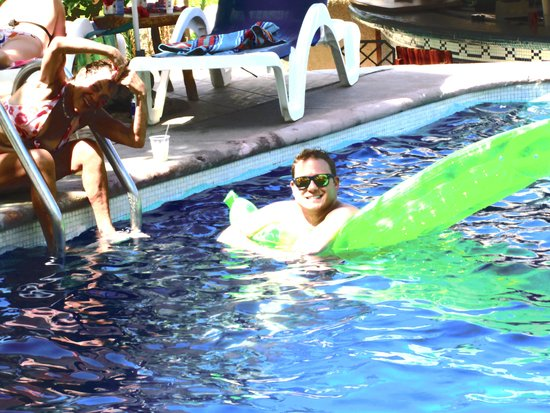 Hotel Buena Vista Beach Resort: Friend & spouse in hotel pool