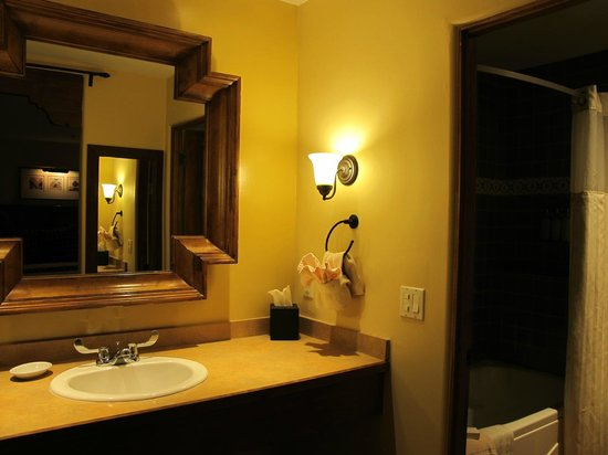 Old Santa Fe Inn: Bathroom