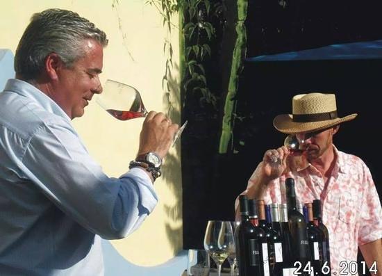 Hotel Tikar: Catando vinos en los jardines....