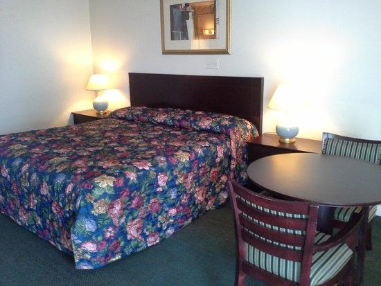 Inn Towne Motel: king bed
