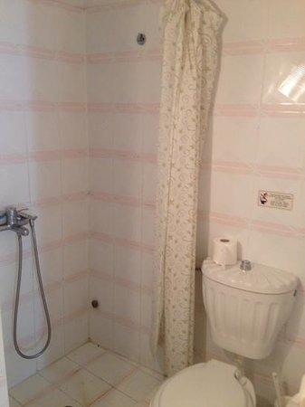 Anita's Villa - Santorini: baño viejo y condiciones malas