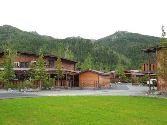 McKinley Chalet Resort: Grounds around the main lodge