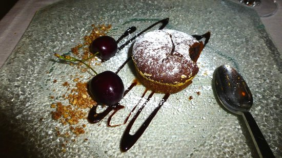 Galleria Restaurant: Cherries with warm chocolate sponge cake and chocolate drizzle