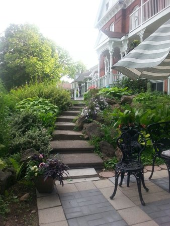 Niagara Grandview Manor: Quiet and private despite being so close to tourist zone