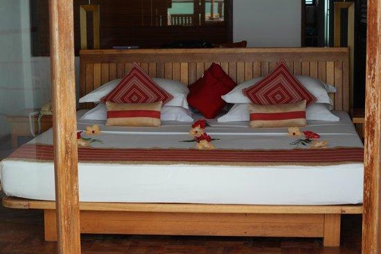 Reethi Beach Resort: Our lovely bedroom
