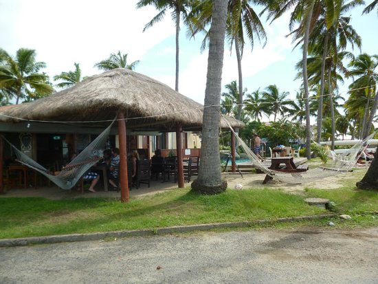 Travellers Beach Resort: Bar and pool area