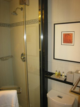 The Algonquin Hotel Times Square, Autograph Collection: Bathroom in Room 403