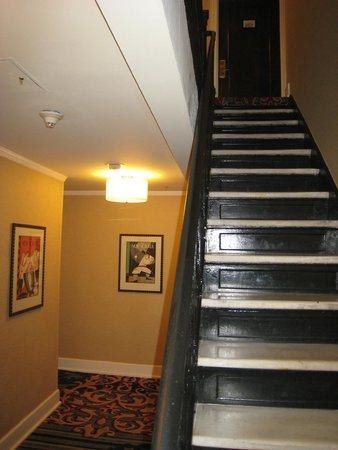 The Algonquin Hotel Times Square, Autograph Collection: Staircase leading up to the 4th floor