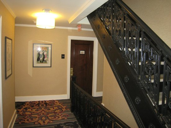 The Algonquin Hotel Times Square, Autograph Collection : Staircase and 4th floor landing