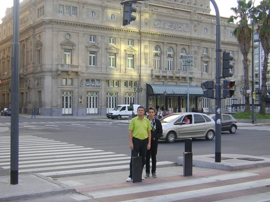 Sarmiento Palace Hotel: Frente al teatro colon, cerca al hotel