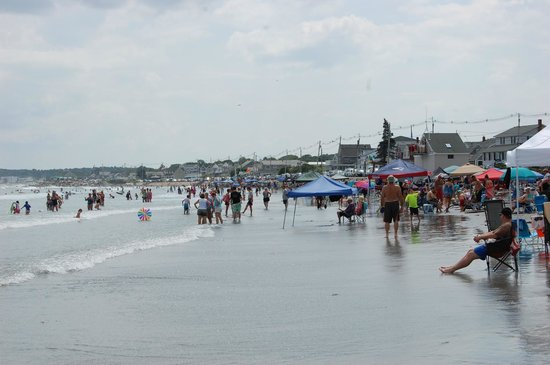 Long Sands Beach: People starting to gather at low tide