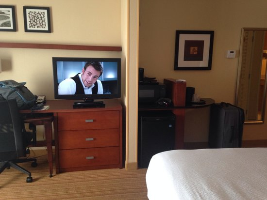 Courtyard Louisville Northeast : TV, desk, and fridge area
