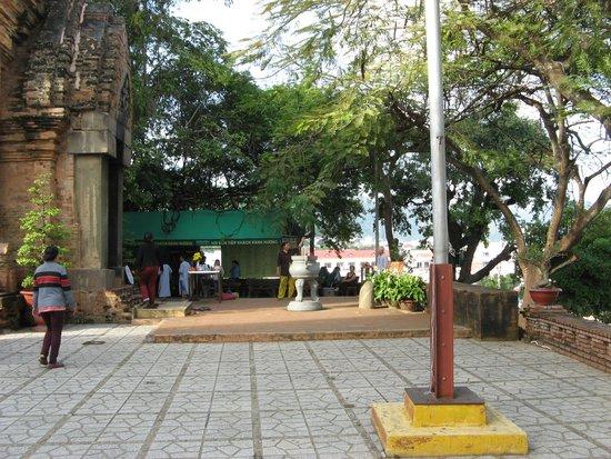 Po Nagar Cham Towers: Перед входом в храм