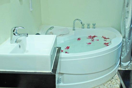 The Sanctuary Villa : Bathtub