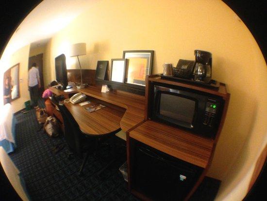 Fairfield Inn Santa Clarita Valencia: Desk with microwave, coffee maker, and fridge