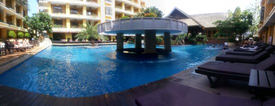 Mantra Pura Resort & Spa: Swimming pool in panorama