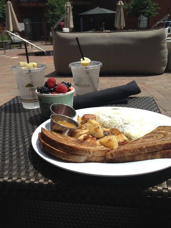 Kimpton Amara Resort & Spa: brunch by the pool