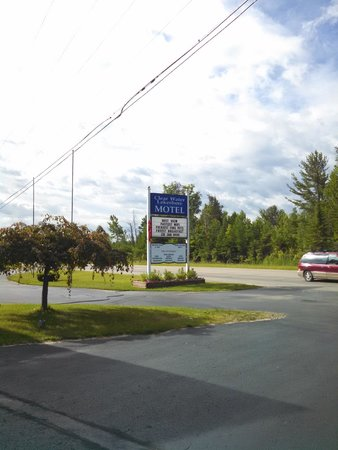 Clearwater Lakeshore Motel: Sign at the Road