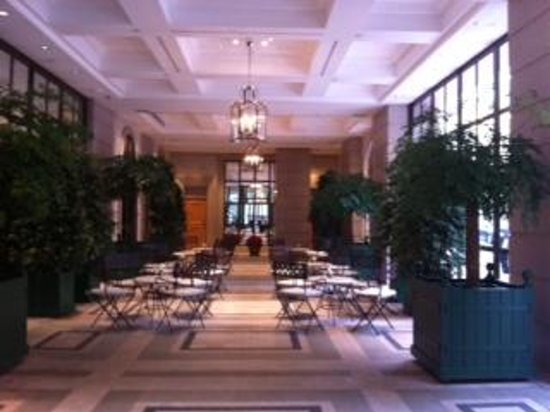 Lanson Place Hotel: Ground Floor Entry