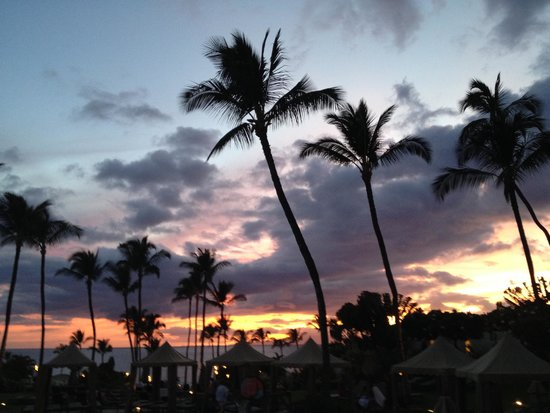 Nick's Fishmarket Maui: Gorgeous sunset, beach and grounds.