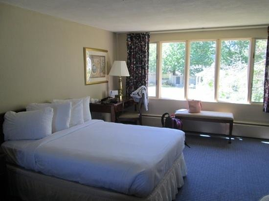 Governor Prence Inn: spacious room