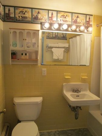 Governor Prence Inn: Clean, cheery bathroom (no hairdryer)