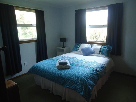 Kakaramea Guest House and Bed & Breakfast: Large Queen Bedroom with wardrobe and heating.