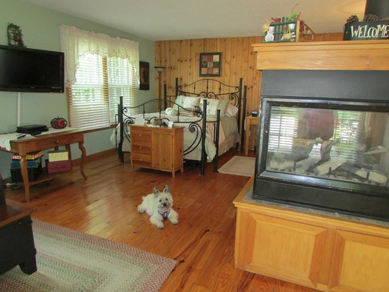 Cloran Mansion Bed & Breakfast: Inside of Antonio's cottage. Spacious but cozy