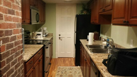 The Village Inns of Blowing Rock: Hillwinds Inn: Davidson Suite Kitchen