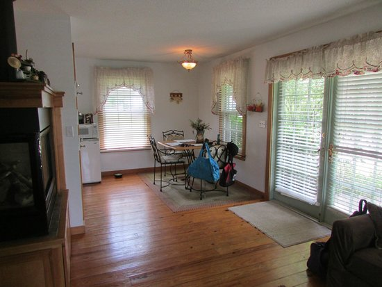 Cloran Mansion Bed & Breakfast: Eating area in cottage.  There is a little kitchenette to the left with microwave, Keurig and fr