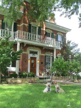 Cloran Mansion Bed & Breakfast: Front of mansion