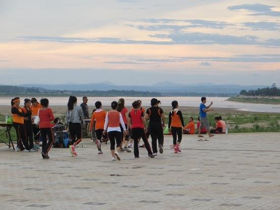 Salana Boutique Hotel: exercise class on banks of Mekong River