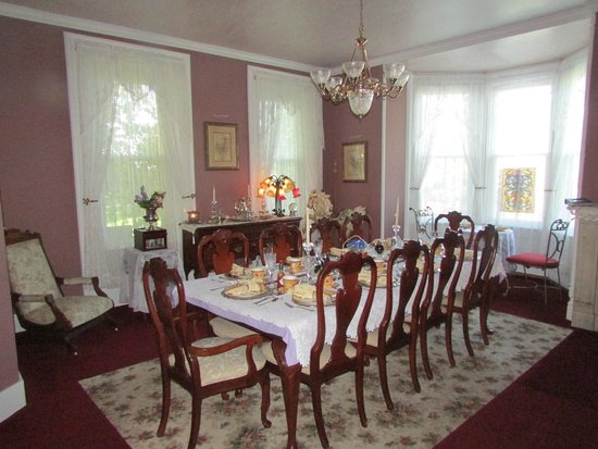 Cloran Mansion Bed & Breakfast: Beautiful dining room in the mansion...this is where breakfast is served