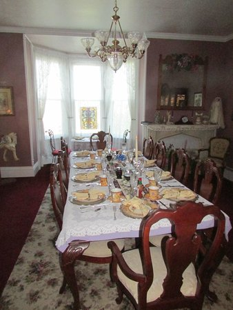 Cloran Mansion Bed & Breakfast: Another view of dining room.  Breakfast included egg, pancakes, fruit and potatoes