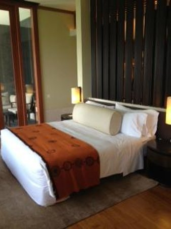 Capella Singapore: Comfortable king bed