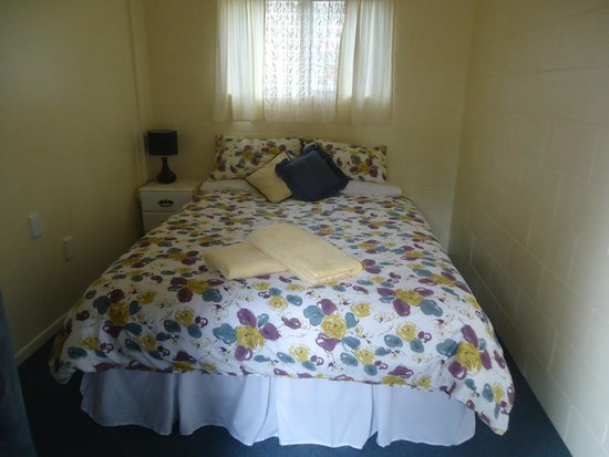 Kakaramea Guest House and Bed & Breakfast: Courtyard Queen Bedroom with heating and adjacent Bathroom.