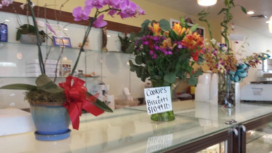 La Casa Del Pane: Fresh flowers  all around
