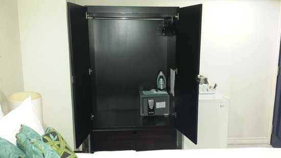 The Normandie Hotel & Conference Centre: Sizeable Clothes Cupboard (with Two Large Drawers at the Bottom)