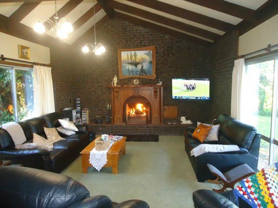 Kakaramea Guest House and Bed & Breakfast: Large lounge with open fire, satelite TV, seating for seven.