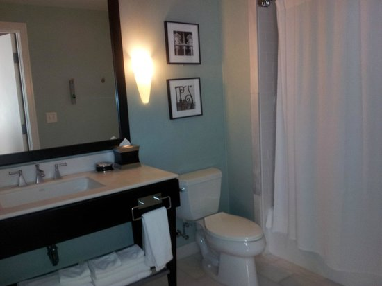 Renaissance New Orleans Pere Marquette French Quarter Area Hotel: LARGE BATHROOM