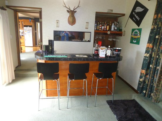 Kakaramea Guest House and Bed & Breakfast: Guests Bar, byo with fridge, front seating for three and one behind bar.