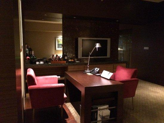 Hyatt on the Bund: Desk in lounge room