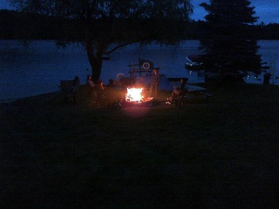 Ogopogo Resort on Mountain Lake : gathered infront of the bonfire