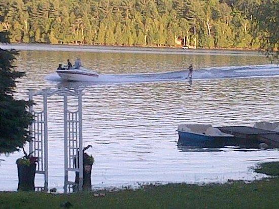 Ogopogo Resort on Mountain Lake : waterskiing on smooth water