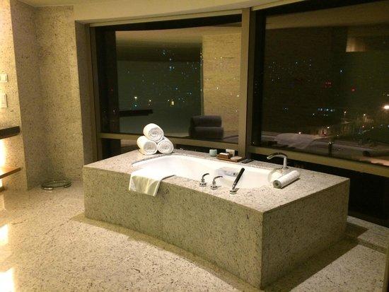 Hyatt on the Bund: Bathroom