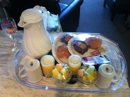 Shearwater Inn: Breakfast service